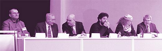 Zleva Milan Valach (HzPD), Jaroslav Plucar (HzPD), Lukáš Valeš (Vysoká škola evropských a regionálních studií), Vít Strobach (ProAlt), perfomer Milan Kohout, Vojtěch Filip (předseda KSČM).