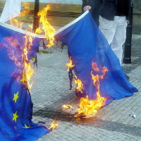 <!--:cs-->Předvolební mítink DSSS narušili antifašisté, vzplála i evropská vlajka<!--:-->
