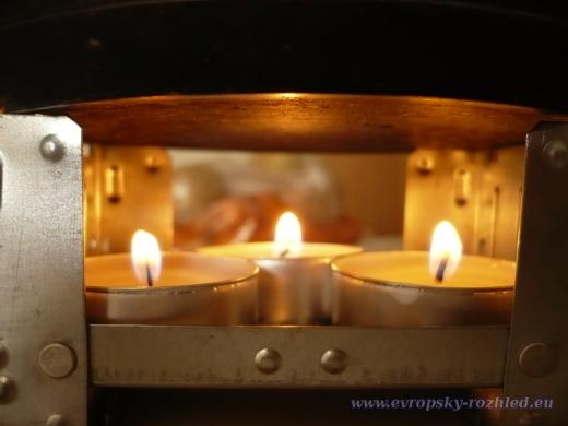 Tři svíčky položené na lihovém vařiči dokáží za 30 minut ohřát až půl litru vody.