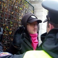 Policie sebrala mladíka s dýmovnicí, dav se na ní vrhl