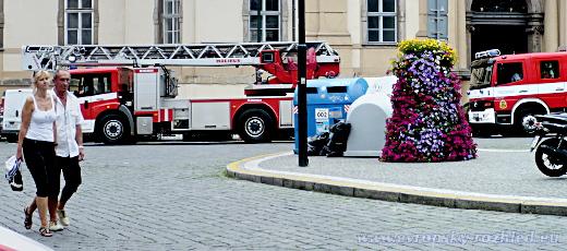 Na místo vyrazilo několik hasičských vozů. Hasiči zaparkovali na Mariánském náměstí před pražským Magistrátem, odkud došli do úzké Karlovy ulice pěšky.