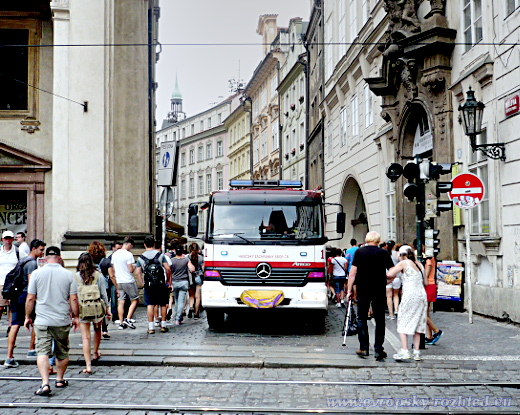 Semafory na přechodu pro chodce mezi Karlovým mostem a Karlovou ulicí byly vypnuty. Navzdory zaparkovanému blikajícímu hasičskému vozu pěší zónou procházely stovky turistů.