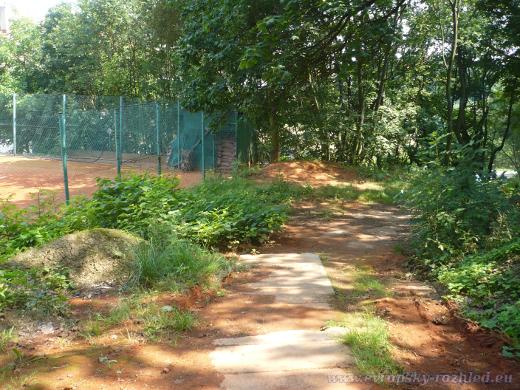 Cesta kolem tenisového kurtu k Řízkárně.