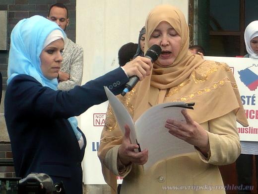 Romana Červenková se svou sestrou Kateřinou Prokičovou na demonstraci Muslimové proti terorismu, Praha 10. 8. 2016