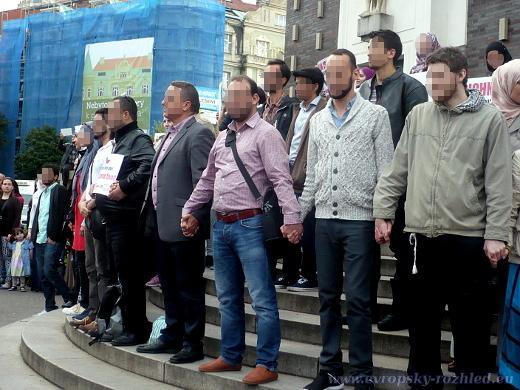 Muslimové tvoří před kostelem lidský řetěz
