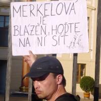 Lucie Hašková napadla deštníkem novináře Hassana, na místě neměla nahlášenou demonstraci