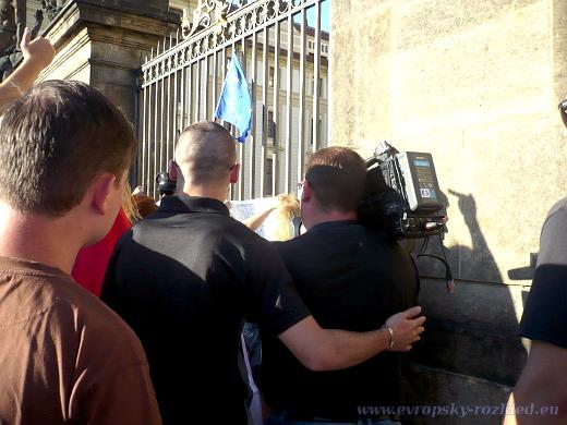 Ochranka doprovází kameramana České televize