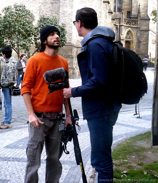V oranžovém kameraman RT Ruptly.