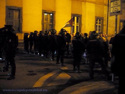 Policejní těžkooděnci v Konviktské ulici brání poslední skupině anarchistů k cestě na Betlémské náměstí.