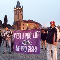 """""""Chceme ve svém bytě žít, máme na to právo mít,"""" skandovali lidé na Staroměstském náměstí"""