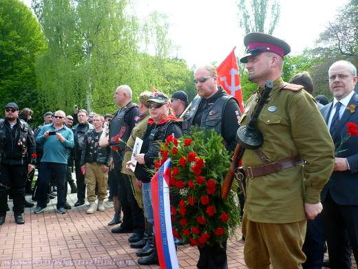 Zcela vpravo Alexej Kolmakov během příjezdu Nočních vlků na Olšanské hřbitovy.