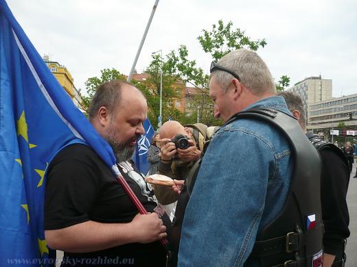 Čeští přátelé Nočních vlků spolu s poslancem Foldynou vnucují Tomaszi Peszynskému perníkové srdce, aby mu následně zavyhrožovali, že 17. listopadu ho již policie neuchrání.
