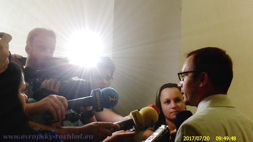 Adam B. Bartoš se cítí nevinný, dle jeho názoru soudy jednají na politickou objednávku a svůj případ přirovnal k americkému studentovi Ottu Warmbierovi odsouzeného v KLDR za stržení propagandistického letáku.