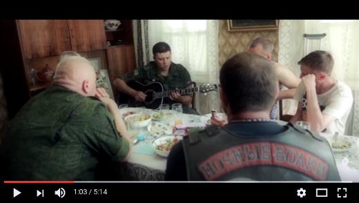 Roman Razum spolu s členem motorkářského klubu Noční Vlci v dnešní písni Děkuji dědo za vítězství. Razum je člen sboru Novorusko a od propuknutí konfliktu na Ukrajině zpívá o padlých povstalcích.