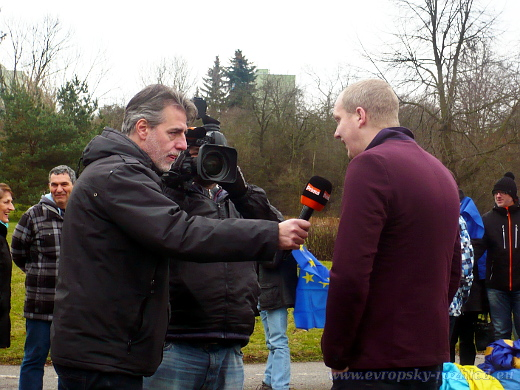 Pořadatel Jan Cemper před zahájením shromáždění poskytuje informace médiím.