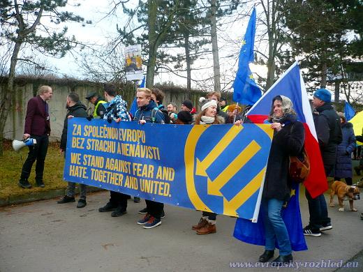 """Ve dvě hodiny odpoledne se před stanicí metra Roztyly sešlo asi čtyři sta osob na demonstraci nazvanou """"Za společnou Evropu, bez strachu a nenávisti""""."""