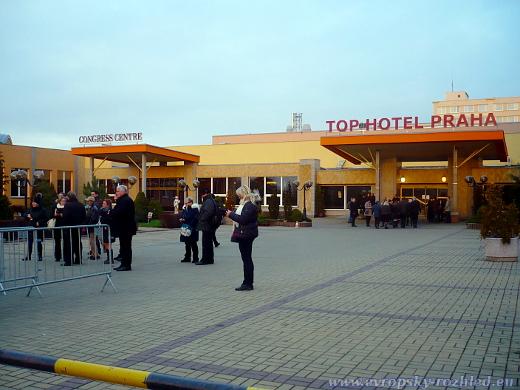 Účastníci konference ENF před TOP hotelem Praha.