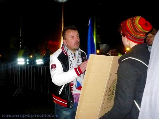 Jiří Černohorský vysvětluje studentovi, že až bude mít rodinu, zjistí, že jí neuživí a pak pochopí, proč ultrapravicové strany jsou důležité. Do té doby se student podle Černohorského k politice nemá vyjadřovat.