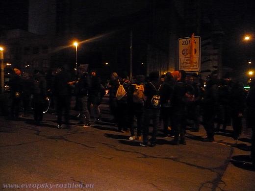 Anarchisté, oděni do černého, skryti temnotou noci, zatarasili všechny příjezdové cesty do hotelu.