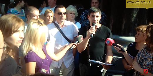 Alexandr Čopa (v brýlích) poskytuje spolu s Alexandrem Severijem rozhovor médiím v rámci protestní akce hnutí Credit Majdan před budovou NBU.