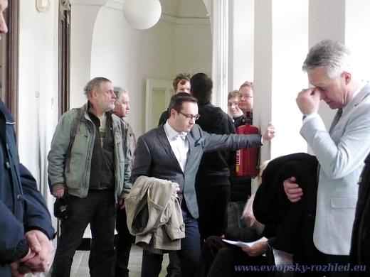 Adam B. Bartoš před soudní síní (Praha, 26. 1. 2018)