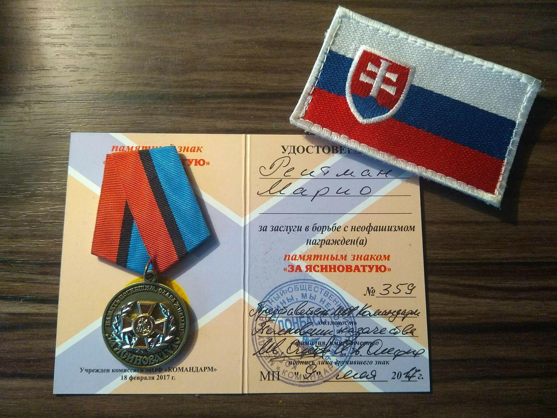Fotografie medaile a knížky za ocenění v boji proti neofašismu, kterou Mário Reitman sdílí těm, kteří ho označují za neofašistu.