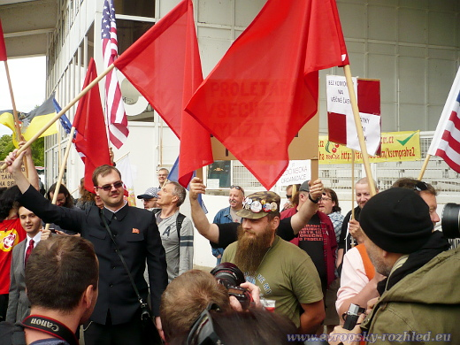 Na prvomájový sjezd komunistů přišli odpůrci komunistického režimu. Komunisté jejich transparenty zakryli rudými vlajkami.