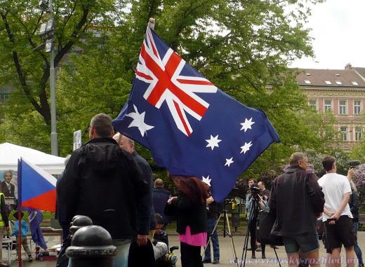 Z najsného důvodu si Republikáni na demonstraci přinesli vlajku Austrálie.