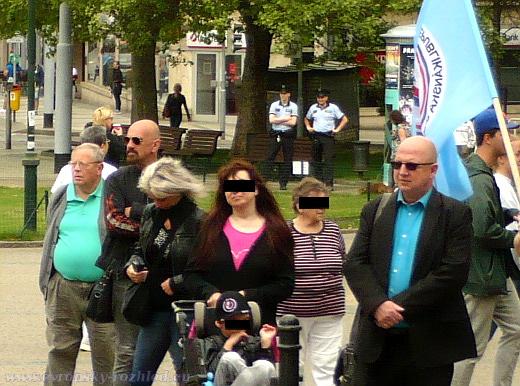 Zcela napravo v modré košili a tmavých brýlích stojí Dušan Kučera, bývalý místopředa Národní strany