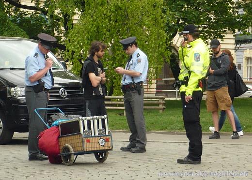 A protože se narušovat ohlášené shromáždění nesmí, odvedli si ho stranou policisté.