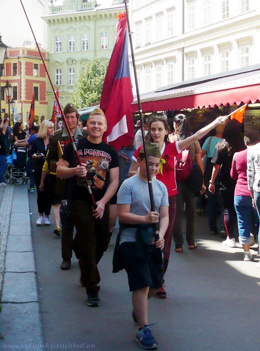 Děti nesoucí vlajky.