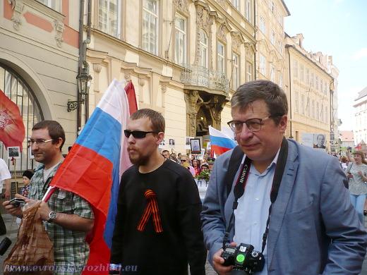 Vpravo s fotoaparátem Oleg Solodukhin z Ruského střediska vědy a kultury.