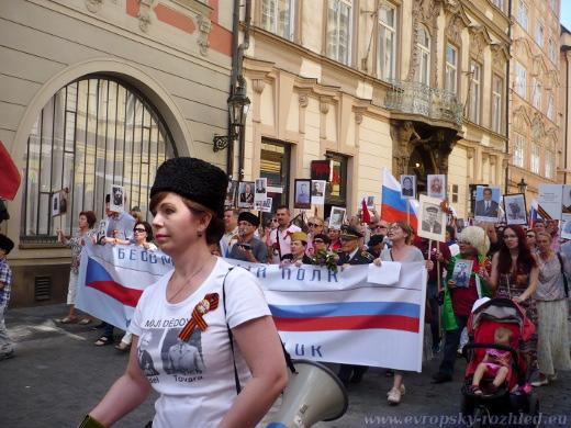 Mnoho účastníků pochodu mělo na sobě připnutou svatojiřskou stuhu.