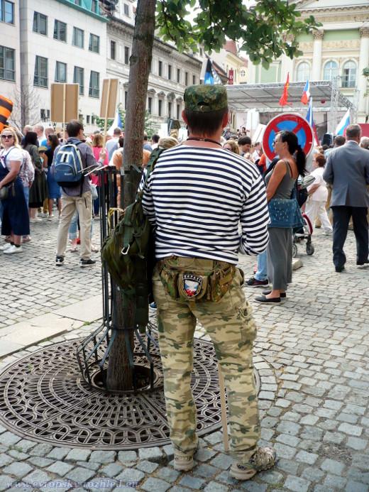 Muž s nášivkou propagující teroristickou organizaci Igora Bezlera.