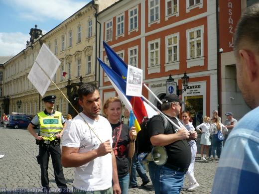Později začínají přicházet aktivisté Pražského Majdanu, z nichž někteří pochází z okupovaných území Ukrajiny.
