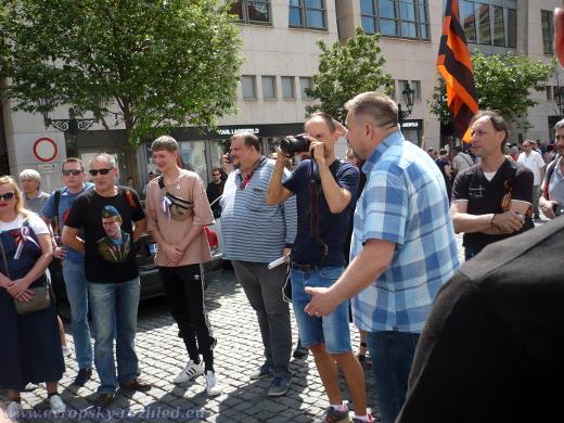 Skupina osob, která se pustila s proukrajinskými aktivisty do čilé diskuse.