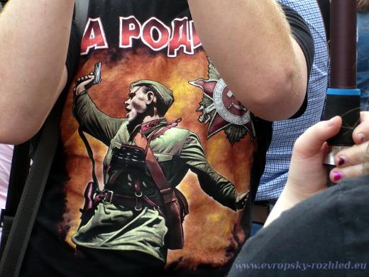 Další stylový potisk na tričku.