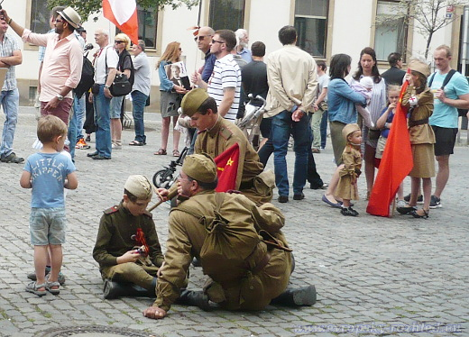 Děti v dobovém oblečení sovětských vojáků.