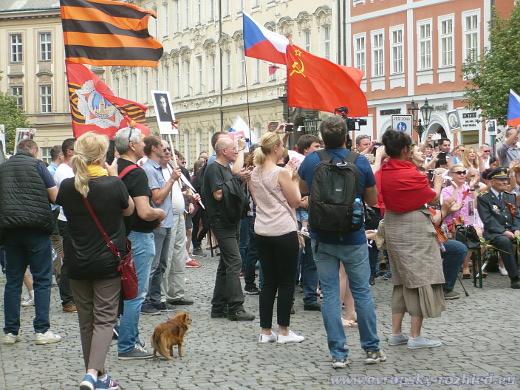 Vlajky na shromáždění.
