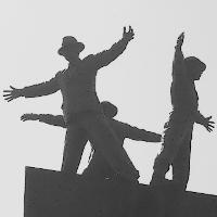 Stejný čas a stejné místo – u památníku Operace Anthropoid se neplánovaně setkaly dvě názorově protichůdné skupiny