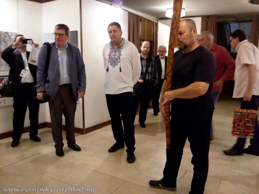 Výstava Čaroslovenský ornament byla zahájena hraním na fujaru. Pán v bílém kroji je jeden z autorů výstavy Miloš Zverina.