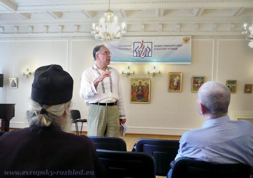 Pavel Vladimirovič Tukajev během projevu v Křišťálovém sále Ruského střediska vědy a kultury.