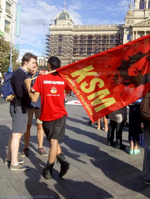 Účastníci demonstrace byli levicoví aktivisté inklinující ke komunistické ideologii.
