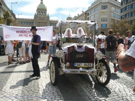Na podporu homosexuálního manželství vyrazil do pražských ulic svatební vůz se svatebčany stejného pohlaví.