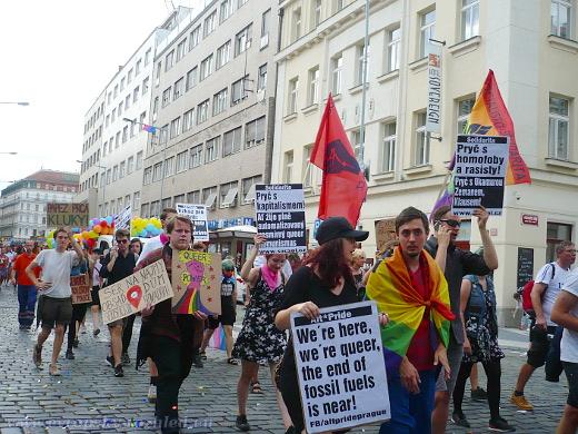 Alt*Pridu se zúčastnila například Socialistická solidarita, ale i aktivisté ekoativistické skupiny Limity jsme my. Nechyběli ani podporovatelé komunitního centra Klinika.