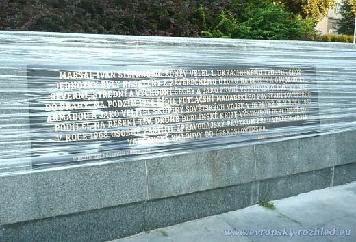 Dovysvětlující deska v češtině o kontroverzní historické roli maršála Koněva.