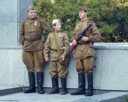 Figuranti v dobových uniformách Rudé armády.