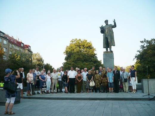 Závěrečná společná fotografie všech účastníků vzpomínkové akce.