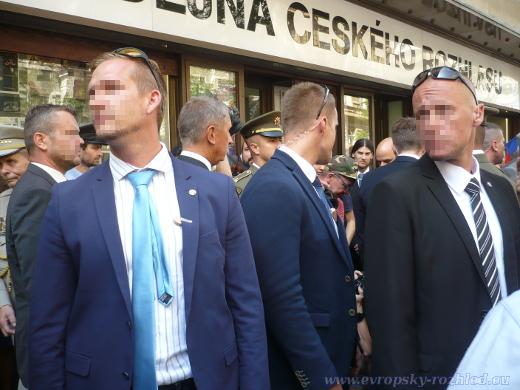 Andrej Babiš v obležení své ochranky.