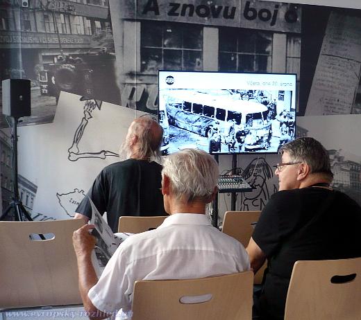 V budově Českého rozhlasu se promítaly historické snímky k invazi vojsk varšavské smlouvy do Československa.